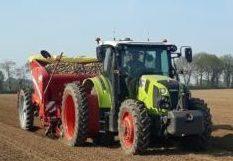 """Lancement du """"Projet Airsep"""" !! Une première en France. Un itinéraire technique en pomme de terre qui inclus le respect des sols dans sa performance. La première étape démarre : la plantation sur terre non tamisée. Les buzhugs (vers de terre) apprécieront ! La suite au prochain épisode…"""